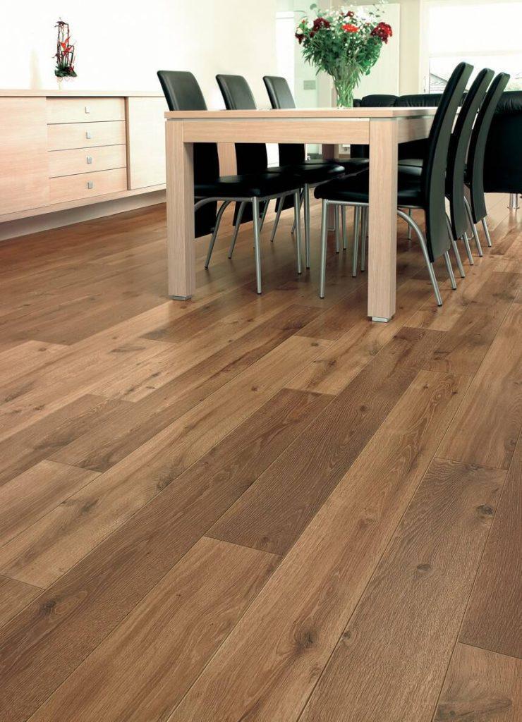 sala-de-jantar-classica-com-piso-de-madeira